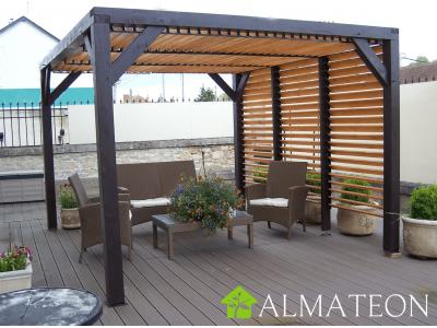 Pergola bioclimatique auvent VENETO bois de 10,57 m2 avec ventelles réglables toit et mur, dimensions 3,39 x 3,12 m